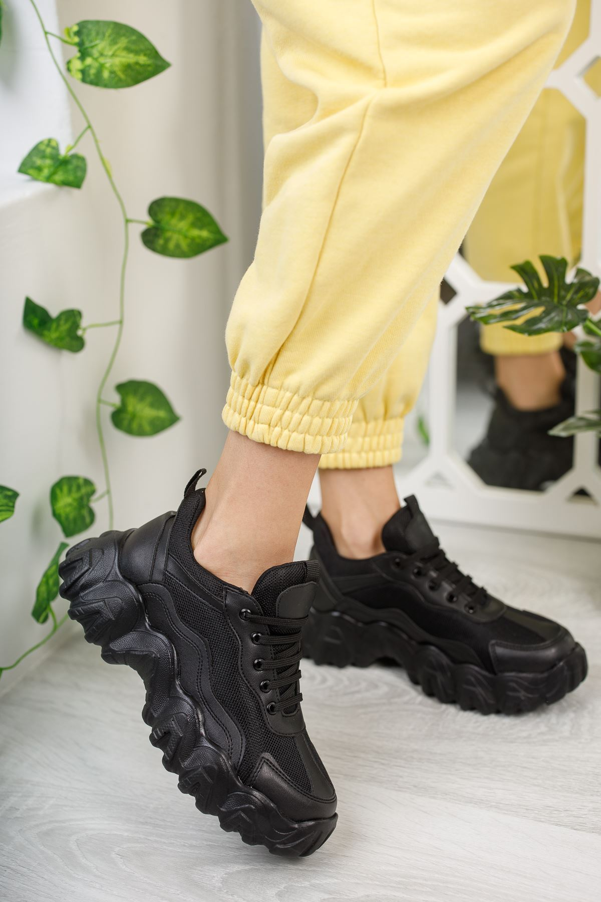 Rapina Siyah Mat Deri Bağcıklı Kadın Spor Ayakkabı