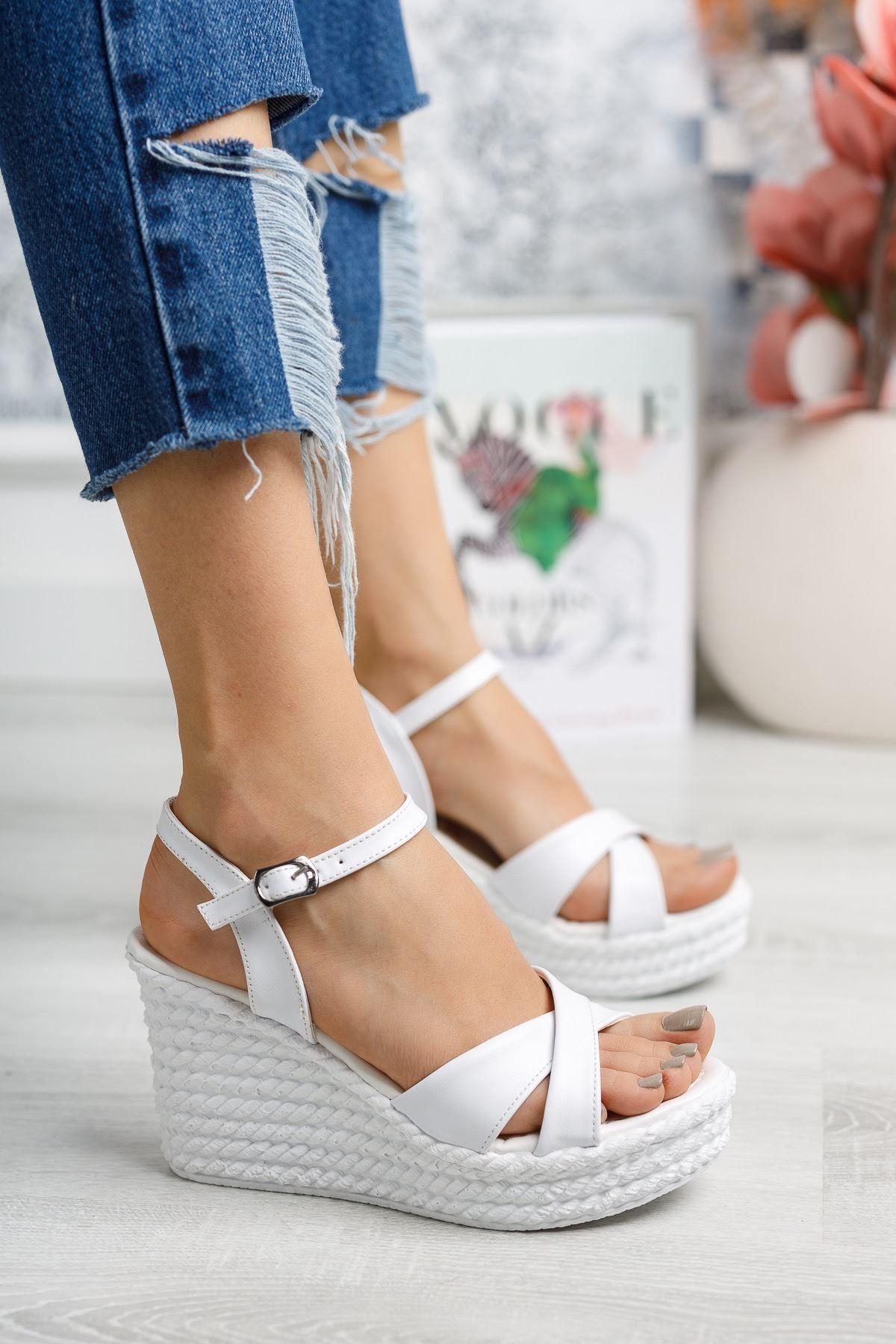 Flag Beyaz Mat Deri Dolgu Topuk Kadın Sandalet