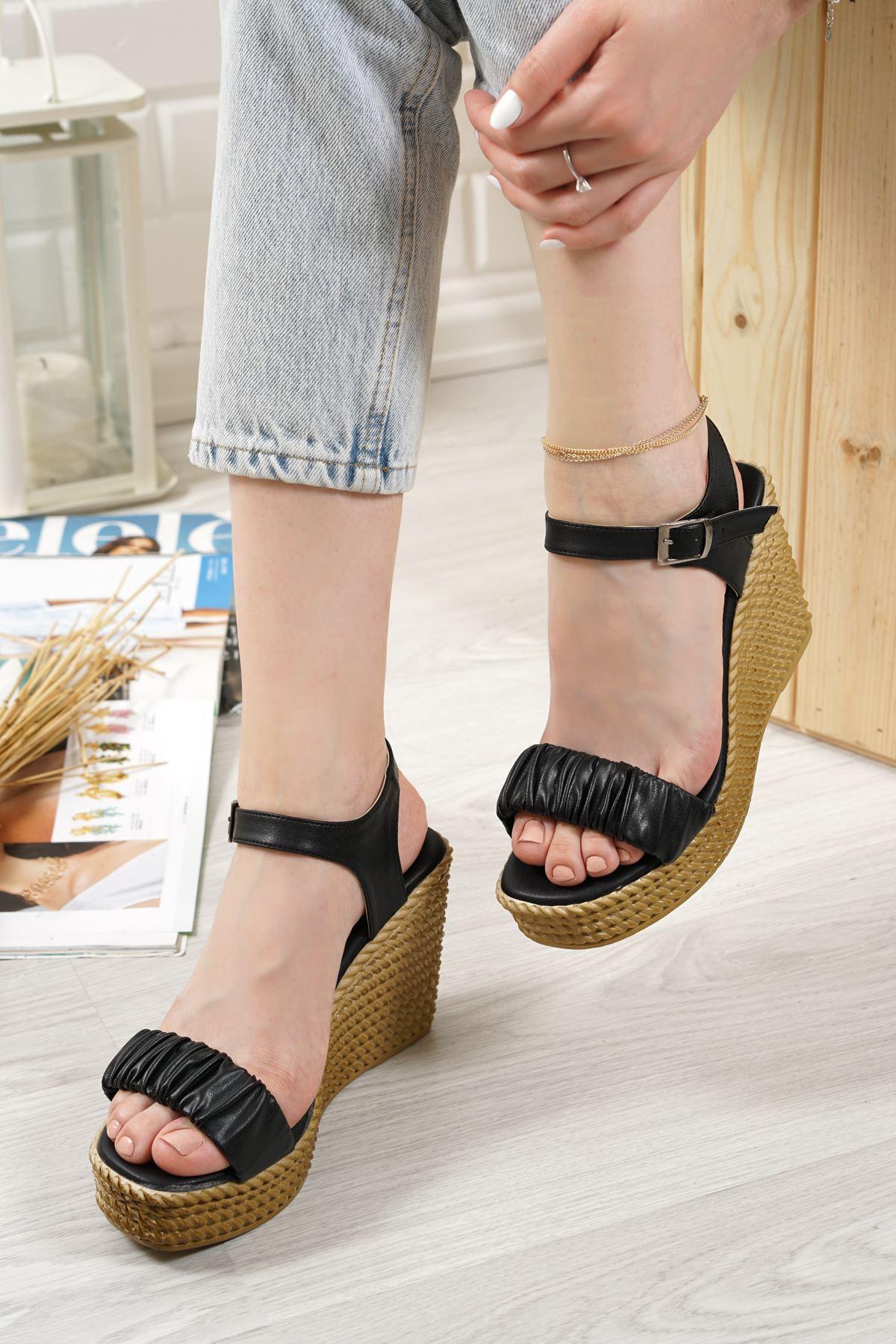 Sante Siyah Mat Deri Kadın Dolgu Topuk Sandalet