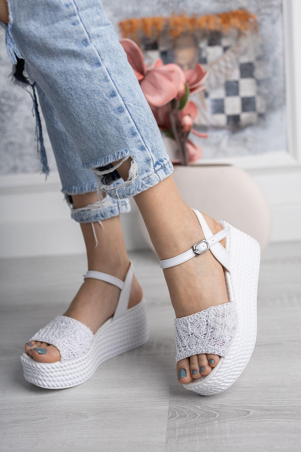 Jisell Beyaz Dantel Dolgu Sandalet